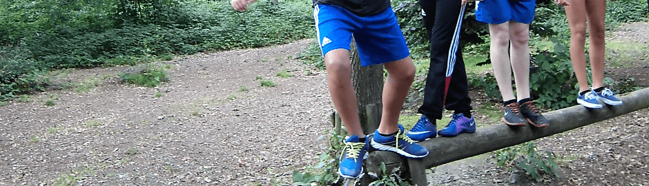 Junge beim Parcours