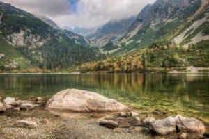 Wunderschöner Bergsee in der hohen Tatra im Süden von Polen