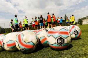 Fußbälle mit Fußballprofis