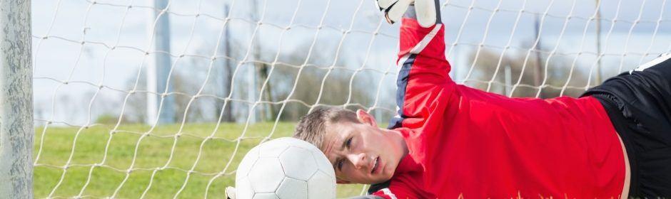 Torwart hält einen Ball