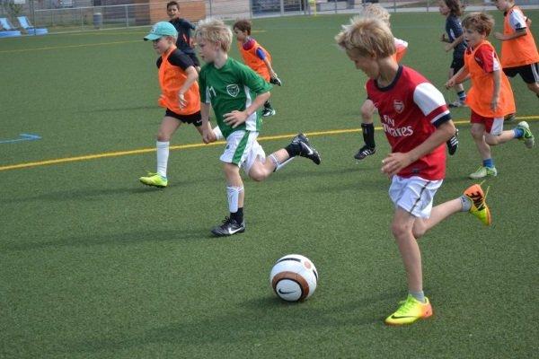 Jungs beim Fußball spielen