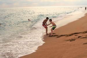 Zwei Jungen am Strand