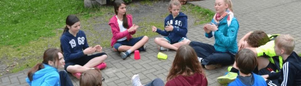 Kinder spielen im Ferienlager