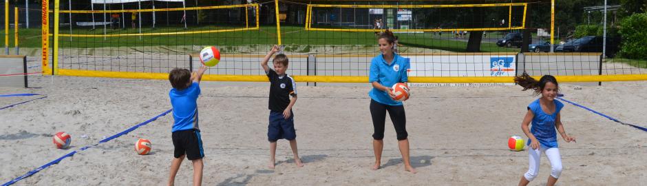 Kinder spielen Beachvolleyball