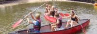 Kinder fahren Kanu