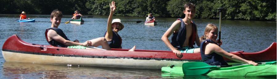Kinder haben Spaß im Kanu