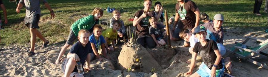 Kinder bauen Sandburg