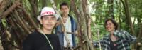 Campteilnehmer im Wald
