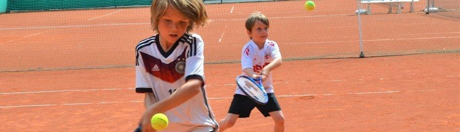 Jungen beim Tennistraining