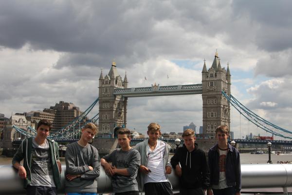 Jugendliche vor der Tower Bridge