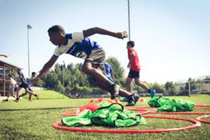 Fußball Ferienlager Junge sprintet