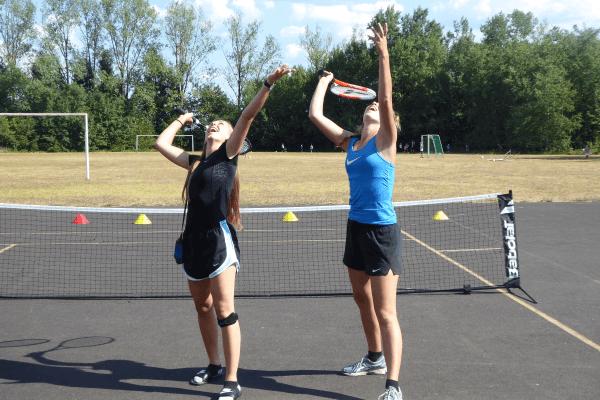 Tenisaufschlag im Tenniscamp