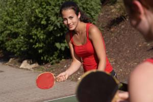 Zwei Mädchen beim Tischtennisspielen