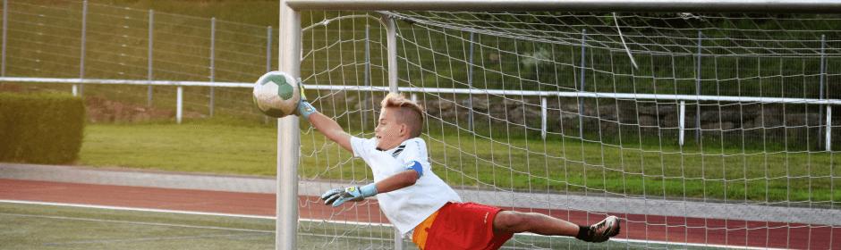 Junge hält einen Ball