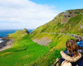 Blick auf Hügel in Irland