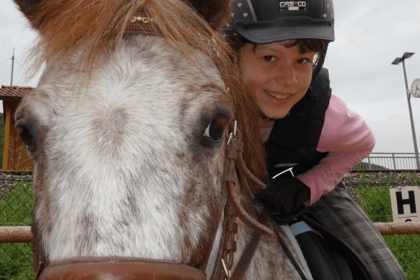 glückliches Mädchen auf einem Pferd