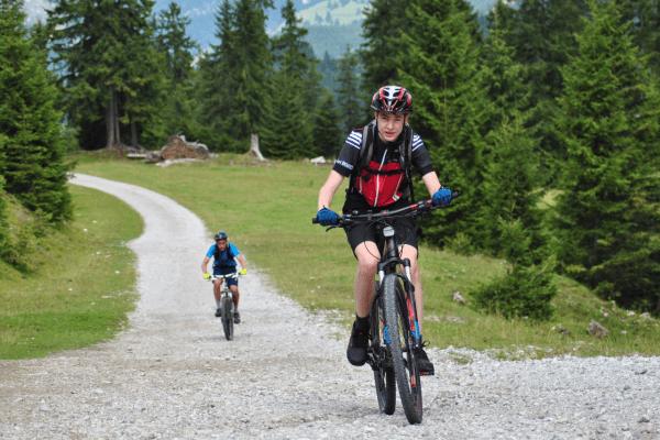 Junge auf Mountainbike