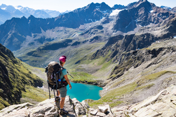 Jugendlicher Blick auf Bergsee