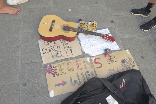 Gitarre und Plakate