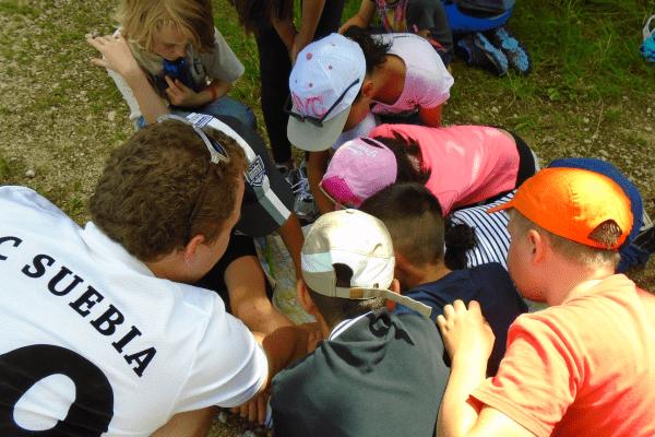 Kinder suchen Weg auf Karte im Wildniscamp