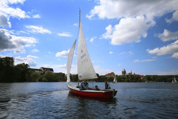 Segelboot auf Wasser