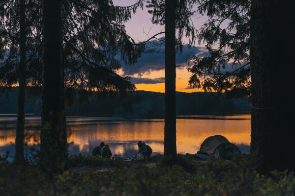 Im Kanucamp kannst du dich am Ufer entspannen