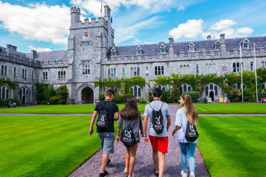 Kinder auf dem Weg ins College