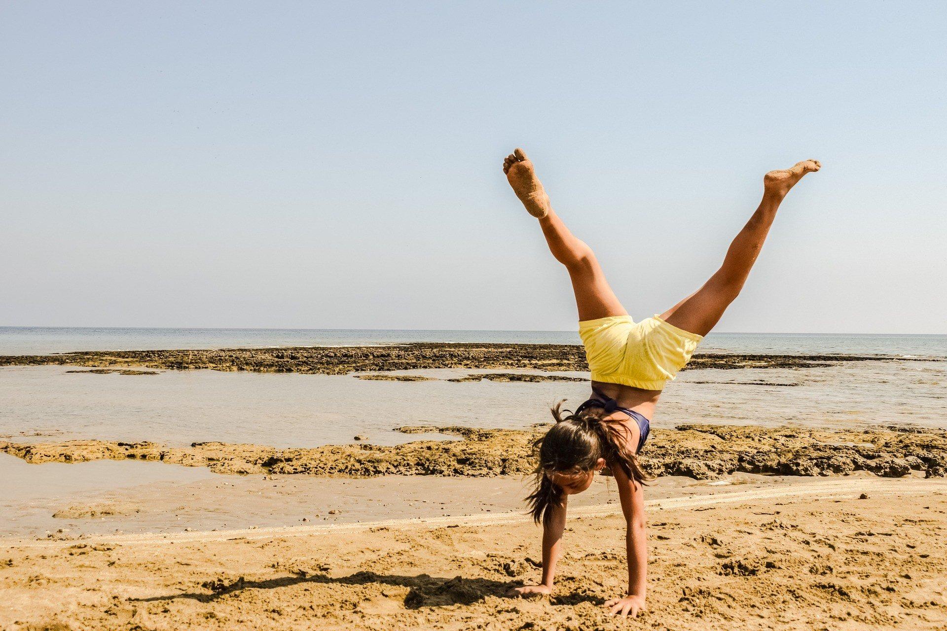 Handstand üben am Strand im Turncamp