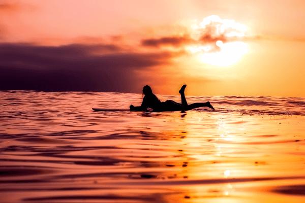 Entspanne auf dem Surfbrett und genieße deine Surfcamps