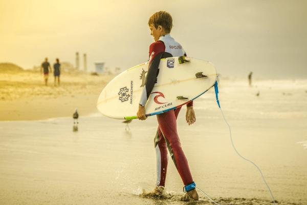 Im Surfcamp lernst du auf den Wellen zu reiten