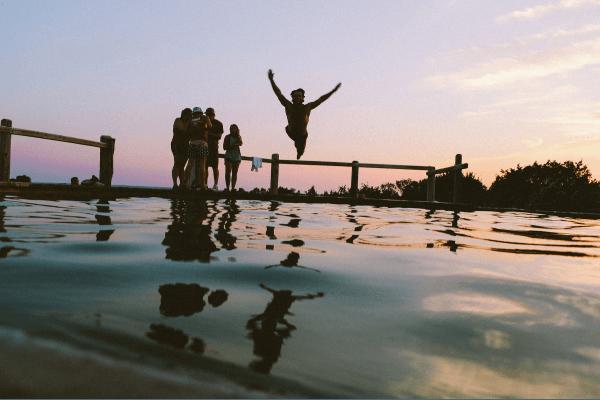 Der Sprung ins Wasser - Abkühlung im Outdoor Camp