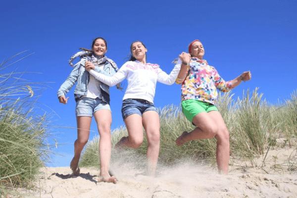 Mädchen rennen im Strand