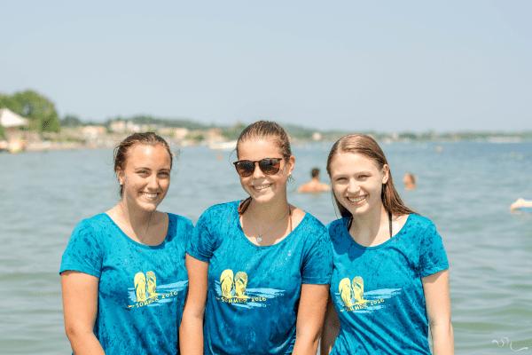 Drei lachende Mädchen im Meer